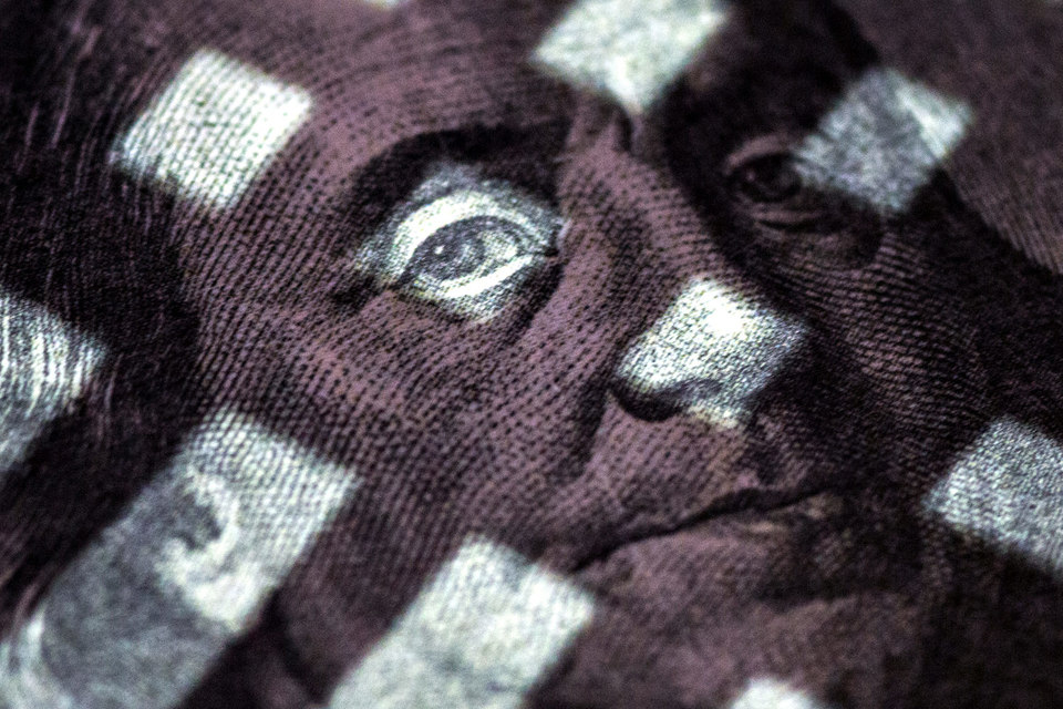 Политика влияет на зарплаты