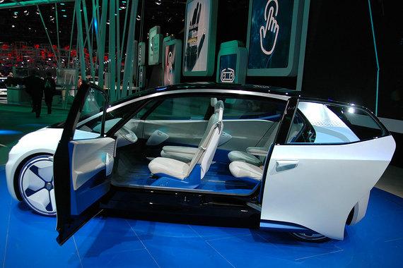 «Этот автомобиль будет бороться с Tesla и прочими [производителями], которые не являются нашими традиционными конкурентами. Их нужно воспринимать всерьез. Это не бином Ньютона. Они уже многого добились», - цитирует WSJ председателя правления Volkswagen Герберта Дисса, назвавшего концепт электромобиля I.D. символом «нового века автомобилестроения». Мощность установленного на задней оси электромотора - 125 кВт (170 л. с.), полной подзарядки расположенных под полом аккумуляторов хватает на 400-600 км. Модель планируют выпустить на рынок в 2020 г., спустя пять лет в ней появится функция полностью автономного управления I.D. Pilot
