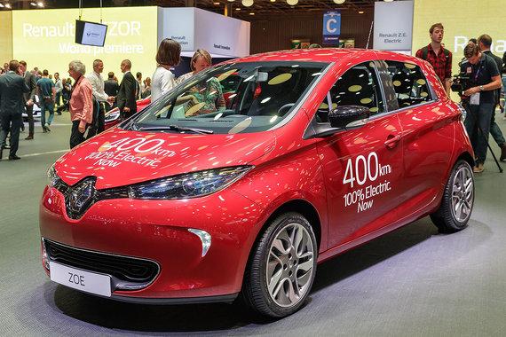 Обновленная версия электроавтомобиля Renault Zoe - ZE40 - способна проехать без подзарядки 400 км (при сертификации, в реальных условиях — 300 км), в отличие от предыдущей версии, которой заряда хватало максимум на 240 км. Французский автопроизводитель объявил о начале продаж прямо на автосалоне. Цена базовой комплектации - 23 600 евро