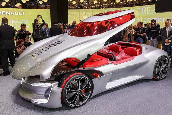 Концепт суперкара Trezor - главная новинка Renault на автосалоне. Под капотом самоуправляемого автомобиля стоит мотор, разработанный для Formula-E (гоночной серии, в которой соревнуются только электрокары), разгоняющий машину до 100 км/ч за 4 с. У Trezor нет дверей — для доступа в кокпит полностью поднимается передняя часть кузова. С Trezor начинается цикл дизайнерских разработок и поиска технологий для будущих моделей Renault, сказала компания