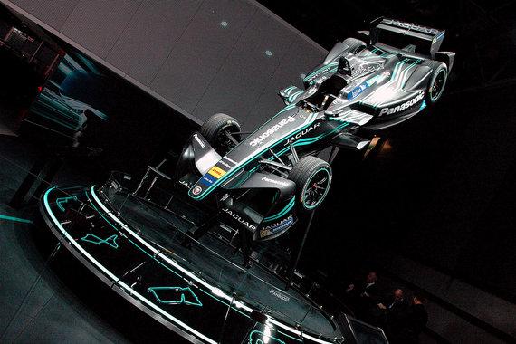 В модельном ряду Jaguar пока нет электрокара, но в Париже он демонстрирует электроболид для Formula-E