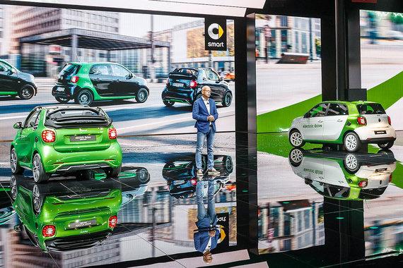 На стенде Mercedes сразу несколько электрокаров. Во-первых, электрические Smart Forfour Fortwo. Двухместная версия «на батарейках» у марки была и раньше, а четырехместная модель с электроприводом появляется впервые. Бензиновый Forfour технически сходен с Renault Twingo. Электромотор поставляет тоже Renault, но аккумуляторы - от дочерней компании Daimler. Машины разгоняются до 130 км/ч и проезжают без подзарядки 160 км. Цену новинки обещают сообщить к старту продаж - весной 2017 г.