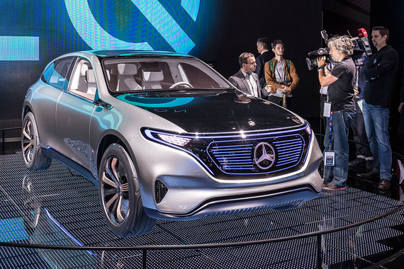 Еще одна новинка от Mercedes - концепт электрического кроссовера EQ (означает «electric intelligence», заодно обыгрывая IQ). У машины, как у большинства электромобилей, плоский пол, создающий объем в салоне, сенсорные дисплеи в качестве приборных и управляющих панелей. Общая мощность двух электромоторов - 300 кВт, запас хода - 500 км