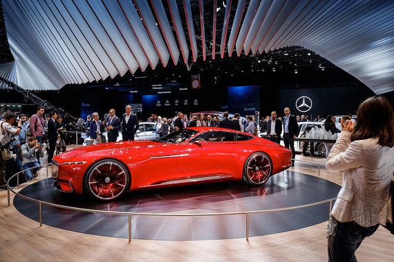 Концепт гибрида Vision Mercedes Maybach 6 — еще одна звезда стенда Mercedes на Парижском автосалоне. Машину уже однажды показывали во Франции, а в Париже — премьера на большой публике. Электрического заряда хватает на 320 км пути, утверждает компания
