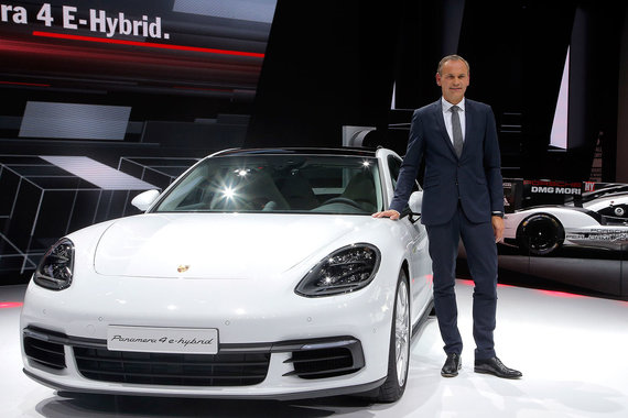 В силовой установке гибридной версии новой Porsche Panamera - 4 E-Hybrid - сочетаются 462 л. с. от 2,9-литрового турбомотора V6 и 136 л. с. от электродвигателя