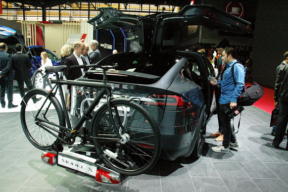 Пионер электрического автомобилестроения Tesla Motors привезла в Париж топ-версию электрокроссовера Model X, который прежде продавался только в США. Экологичность и удобство модели компания пропагандирует велосипедом, размещенным на багажнике 7-местного SUV. Новая аккумуляторная батарея 100 кВт ч (прежде самой мощной была 90 кВт ч) увеличила запас хода Model X и улучшила динамические характеристики