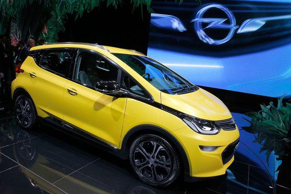 Еще один электромобиль для массового сегмента - Opel Ampera-e - не что иное, как адаптированный под европейские потребности Chevrolet Bolt. Автомобиль способен проезжать на одной зарядке до 500 км - на 200 км больше, чем основные конкуренты, утверждают в GM. Мощность двигателя - 204 л. с. В продажу городской электрокар поступит весной 2017 г., цена новинки будет в пределах 30 000-35 000 евро