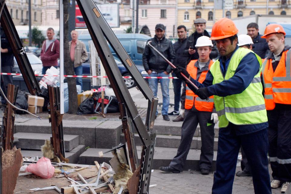 По плану чиновников, к понедельнику на площади не должно остаться ларьков и павильонов
