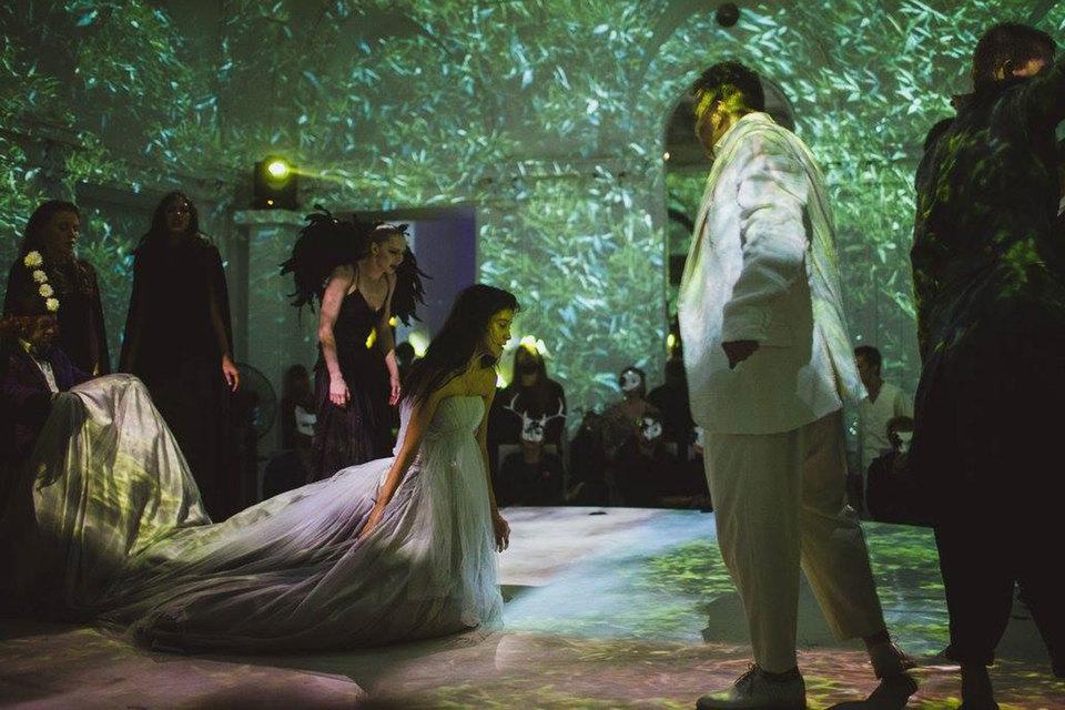 Актеры и зрители бродят по особняку как по страшному лесу