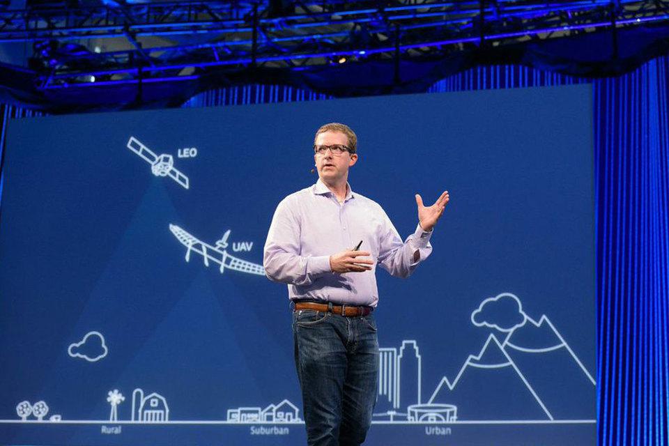 В июле 2016 г. Facebook провел первый тестовый полет своего беспилотника. На фото главный технический директор Facebook рассказывает о планах компании по беспилотным летательным аппаратам