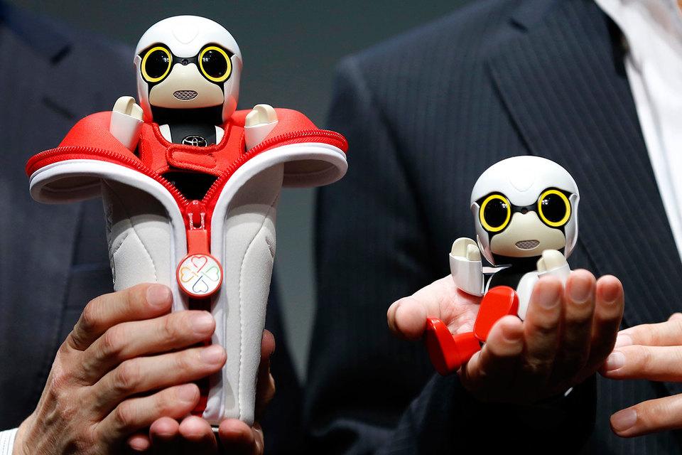 Kirobo умещается на ладони, у него большие глаза, имитирующие мимику, робот может шевелить руками и ногами