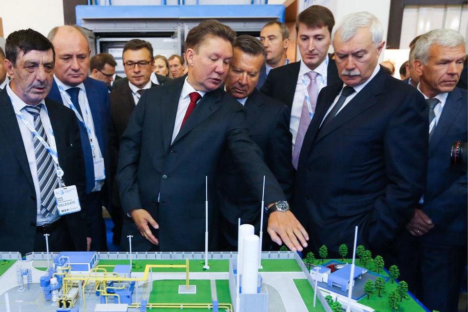 Председатель правления «Газпрома» Алексей Миллер и губернатор Петербурга Георгий Полтавченко начали деловую программу форума с обхода выставки