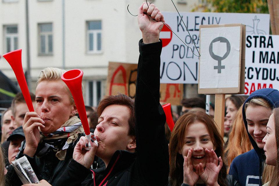 В понедельник более 100 000 поляков приняли участие в выступлениях против закона