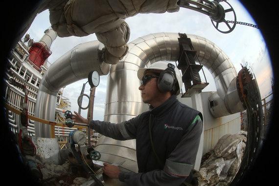 Мощность по первичной переработке нефти - 23,2 млн т. Все предприятия расположены близко друг к другу и функционируют как единый технологический комплекс (на фото рабочий «Уфанефтехима»)