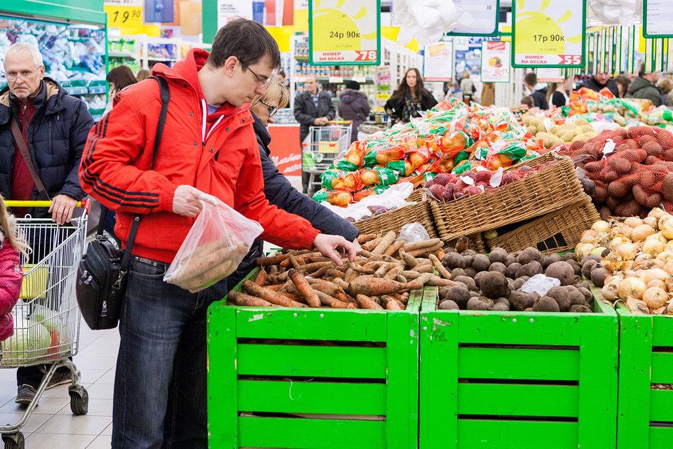 Покупатели выбирают товары подешевле