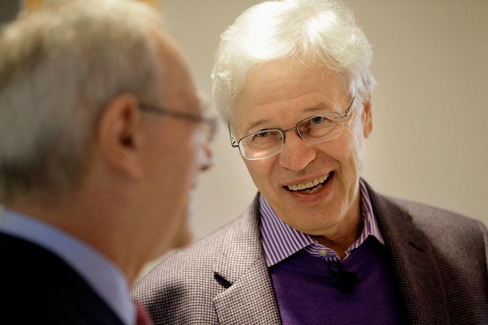 Нобелевская премия по экономике вручена за теорию контрактов. Оливер Харт и Бенгт Холмстрём (на фото справа) заложили основы изучения договорных отношений