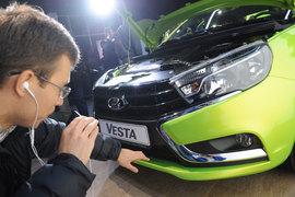 Продажи Lada в России растут третий месяц подряд, несмотря на общее падение рынка. Помогают новинки и господдержка