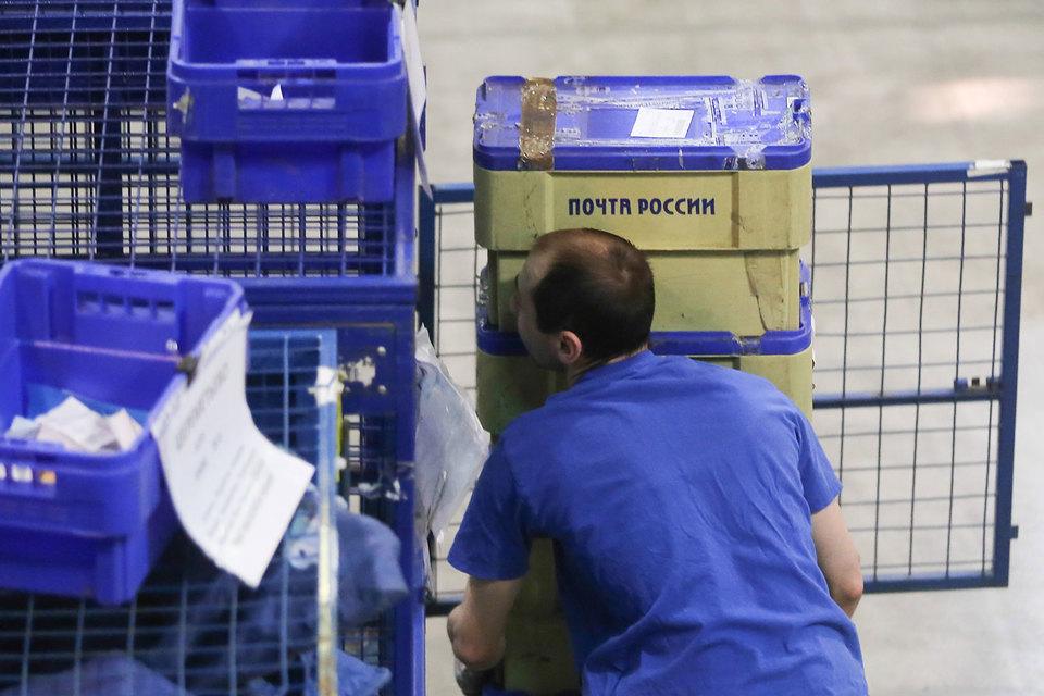 Количество международных посылок, доставленных «Почтой России», за год выросло почти вдвое. Этот рост объясняется увеличением числа покупок россиян в интернет-магазинах