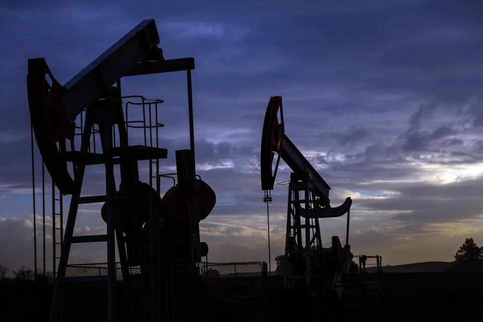 Реализовать планы по сокращению нефтедобычи странам ОПЕК и России будет сложно, считает МЭА