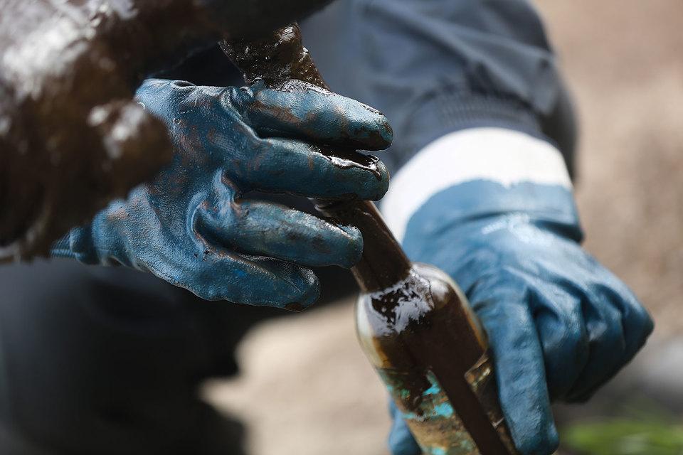 Россия готовится вместе с ОПЕК заморозить добычу нефти. Но из-за снижения внутреннего спроса и налоговой политики экспорт российского сырья и нефтепродуктов все равно будет расти