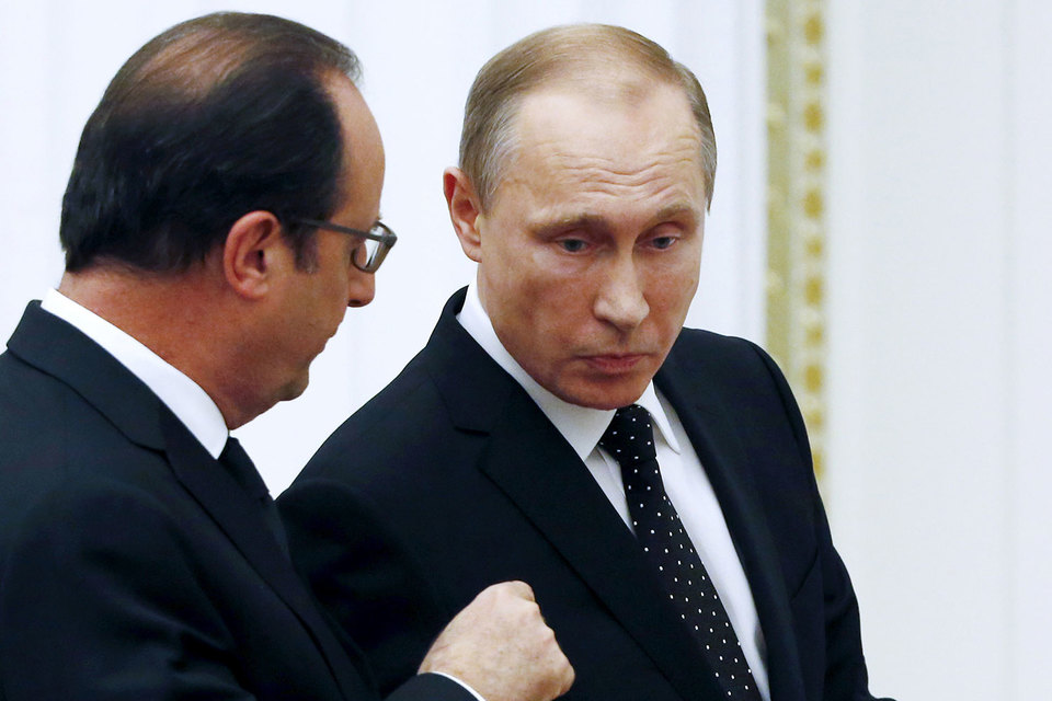 Встреча Франсуа Олланда (слева) с Владимиром Путиным, возможно, еще состоится, но уже точно не в Париже