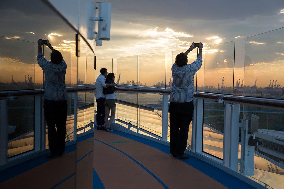 С октября 2016 г. в Сингапуре будут базироваться лайнеры компании Royal Caribbean International, в том числе флагман Ovation of the Seas (на фото)
