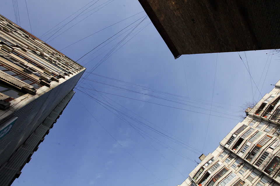 В Москве демонтируют воздушные линии связи
