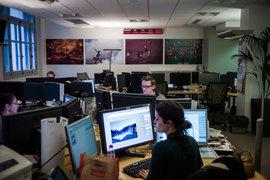 Сотрудники жалуются, что в открытых офисных пространствах им трудно сосредоточиться на работе