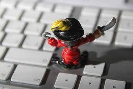 Хакеры из группировок Fancy Bear и Cozy Bear из интернет-шпионов превращаются в оружие политической борьбы. Их цель – посеять хаос в умах