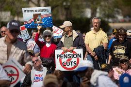 Пенсионеры из развитых стран своими тратами помогут восстановлению экономики, но только если сумеют отстоять свои пенсии