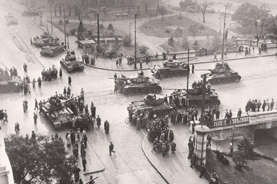 60 лет назад начался повторный ввод советских войск в Венгрию для подавления восстания. На фото: танки на улицах Будапешта