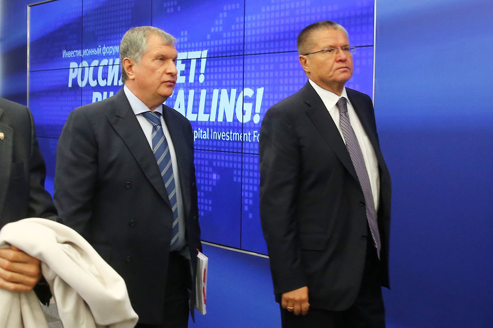 Главный исполнительный директор «Роснефти» Игорь Сечин и министр экономического развития Алексей Улюкаев