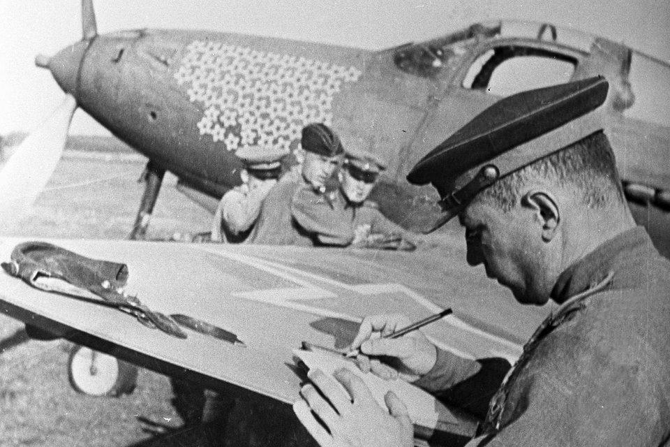Один из лучших советских асов, трижды Герой Советского Союза Александр Покрышкин у истребителя P-39 «Аэрокобра»