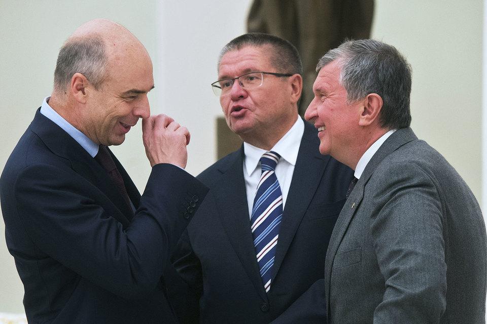 Идею, обрадовавшую и министра финансов Антона Силуанова (слева), и главного исполнительного директора «Роснефти» Игоря Сечина (справа), пришлось публично объяснять министру экономического развития Алексею Улюкаеву