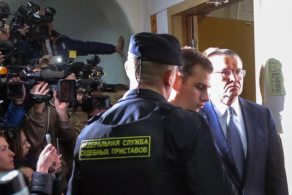 Суд оставил Алексея Улюкаева под домашним арестом на два месяца