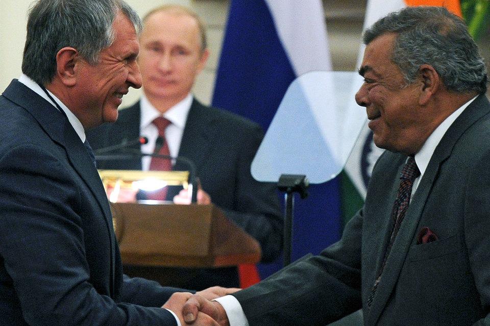 Главный исполнительный директор «Роснефти» Игорь Сечин и учредитель Essar Шаши Руйа (слева направо на первом плане)