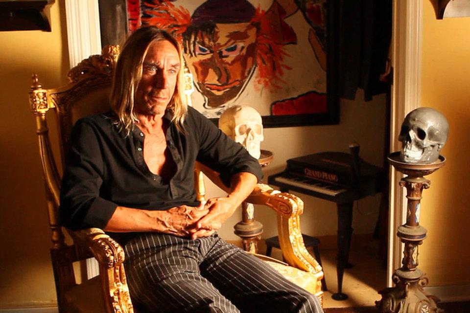 «Выживший» Игги Поп рассказывает историю The Stooges в символической компании двух черепов