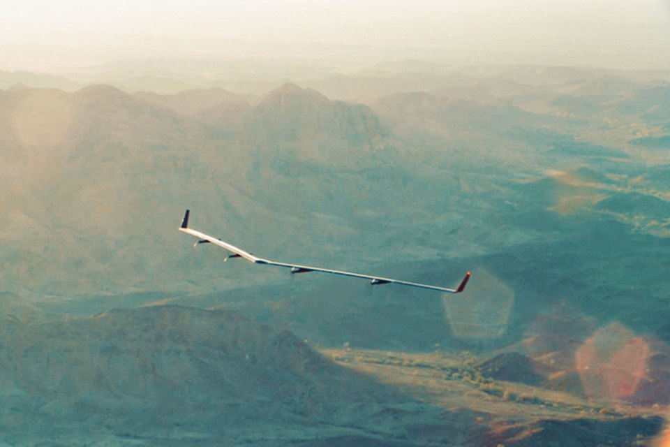 Aquila – это так называемый атмосферный спутник, весящий порядка 450 кг, с размахом крыла 42 м (это больше, чем у некоторых моделей Boeing 737)
