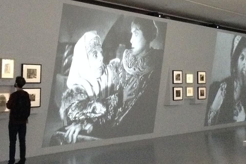 Экраны с кадрами из фильмов – основа выставки