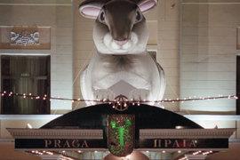 Знакомые Тельмана Исмаилова рассказывают, что особенно тяжело бизнесмену расставаться с рестораном «Прага», над входом в который с 90-х красовался логотип группы АСТ
