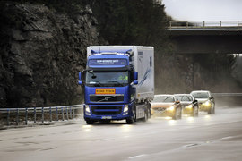 Водитель грузовика Volvo с помощью датчиков и WiFi может управлять движением целой  автоколонны
