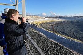 Медведев подчеркнул, что в непростой экономической ситуации Россия продолжает строить меткомбинаты и новые производства с высокоэффективными рабочими местами