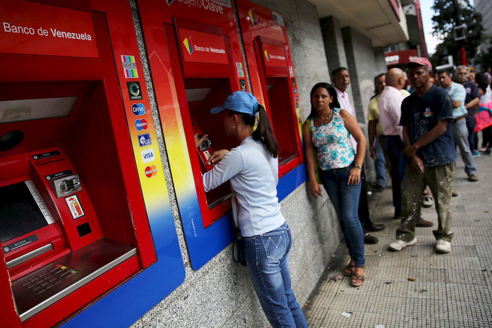 Наличных в Венесуэле не хватает, как и товаров первой необходимости