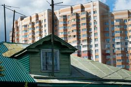 «Из-за появления высотных новостроек обесценивается загородное жилье элитного и бизнес-класса, – уверен Владимир Яхонтов из «Миэля». – Помимо транспортных сложностей возникают проблемы с безопасностью,  мусором и т.д. Но для стареньких домиков на окраине появление рядом хоть какой-то инфраструктуры – а она обязательна в крупном ЖК – будет плюсом»