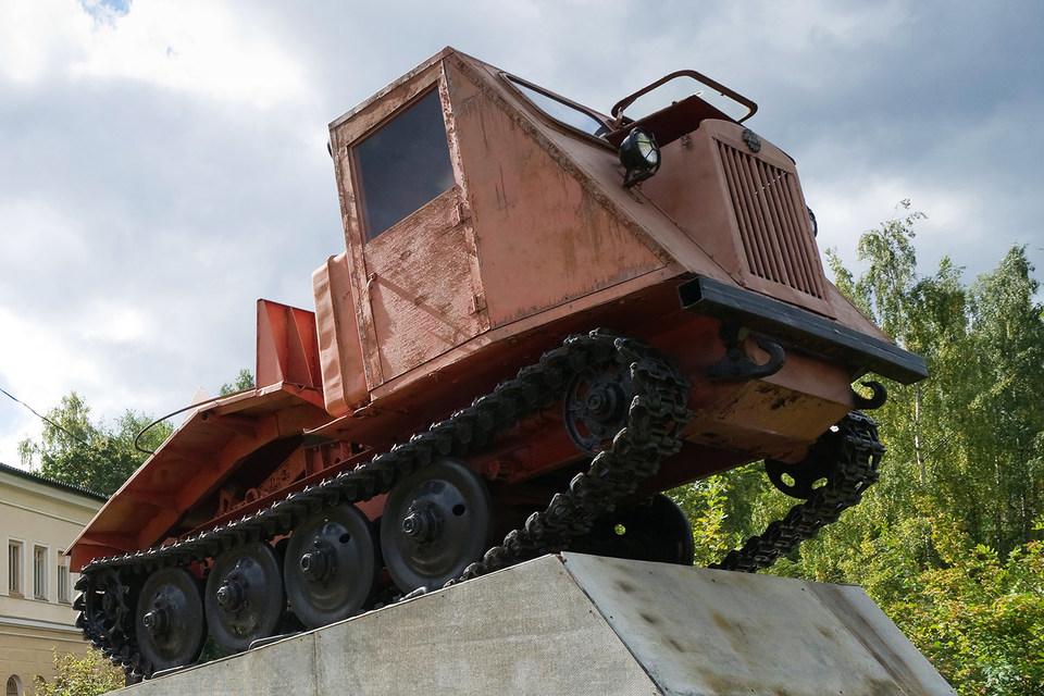 Памятник трактору у Онежского тракторного завода