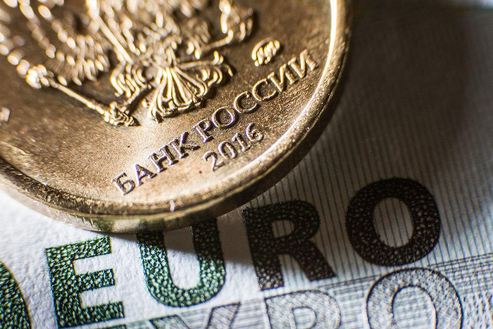 Курс евро начал падать после публикации подробностей заседания ЕЦБ около 15.40 мск