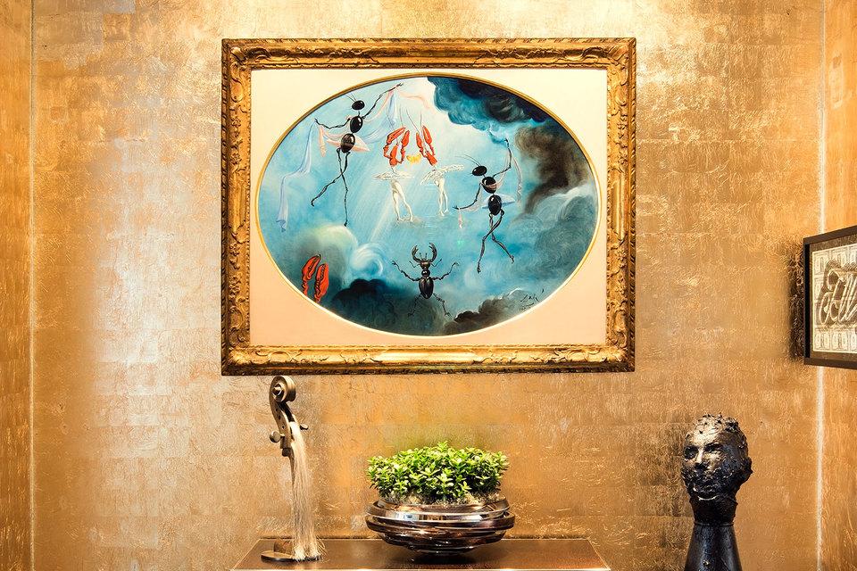 Работа Сальвадора Дали «Семь искусств — Femmes Métamorphosées» украшает один из ресторанов отеля