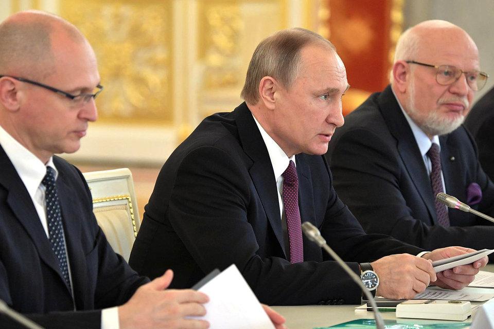 Сергей Кириенко, Владимир Путин и Михаил Федотов (слева направо) готовы снова заняться так и не решенной с прошлого года проблемой НКО – иностранных агентов