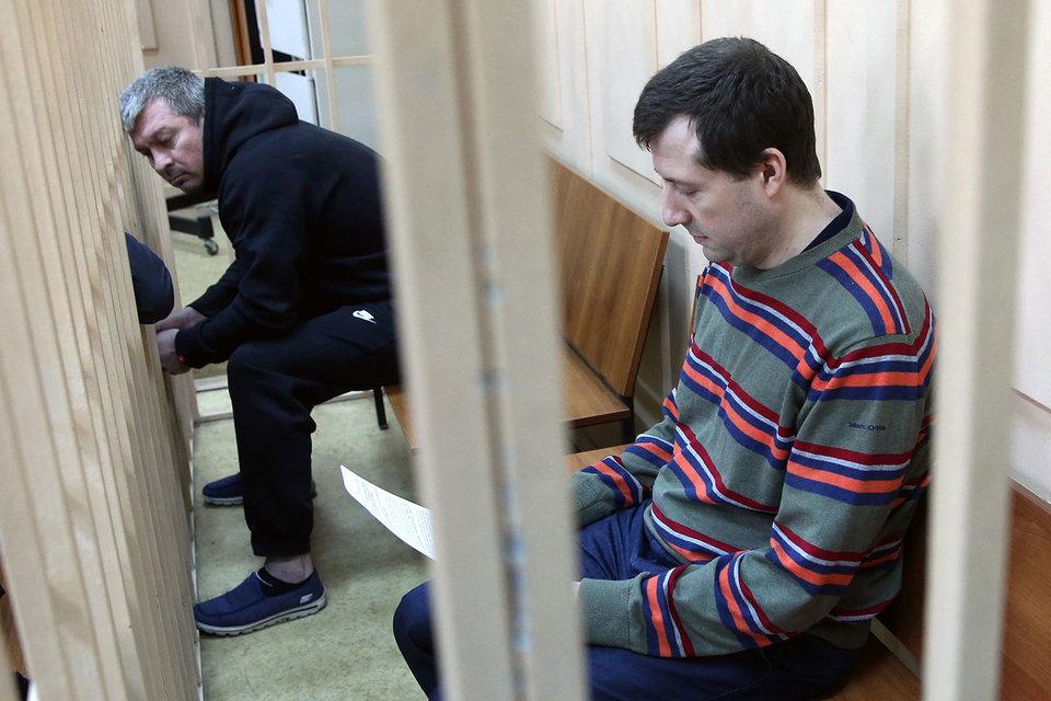 Бывшие бенефициары «Траста» успели уехать из России, поэтому на скамье подсудимых – бывшие менеджеры банка Олег Дикусар (слева) и Евгений Ромаков (справа)