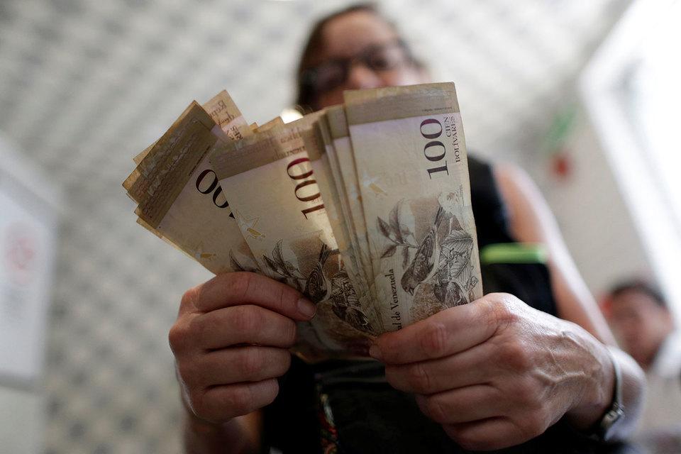 Речь идет о крупнейших сейчас купюрах номиналом 100 боливаров, которые на черном рынке стоят лишь $0,03
